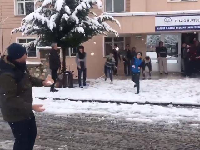 Elazığ Valisi Kaldırımdan esprili kar tweeti