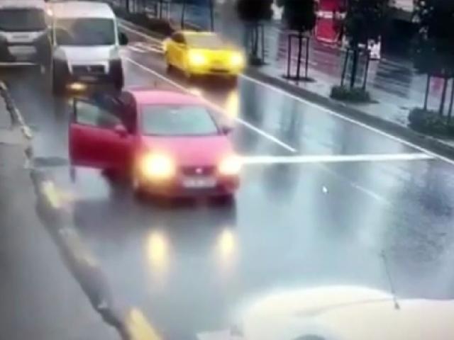 Servisin çarptığı otomobilden saniyelerle kurtuldu