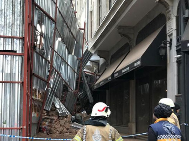 Beyoğlunda tadilattaki binada çökme anı kamerada
