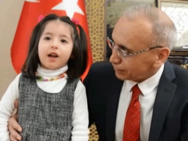 4 yaşındaki Perihanın okuduğu İstiklal Marşı duygulandırdı