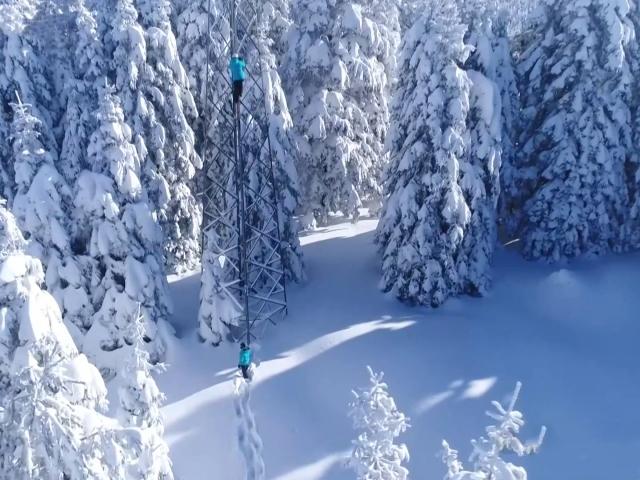 Kesintisiz enerji için bir buçuk metre karda çalışıyorlar
