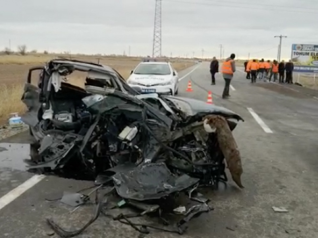 Aksarayda işçileri taşıyan servis kaza yaptı