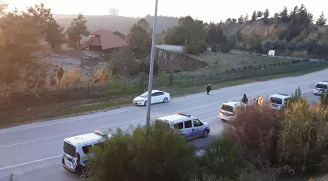 Adanada toprak kaymasında dinlenme tesisi binası yan yattı
