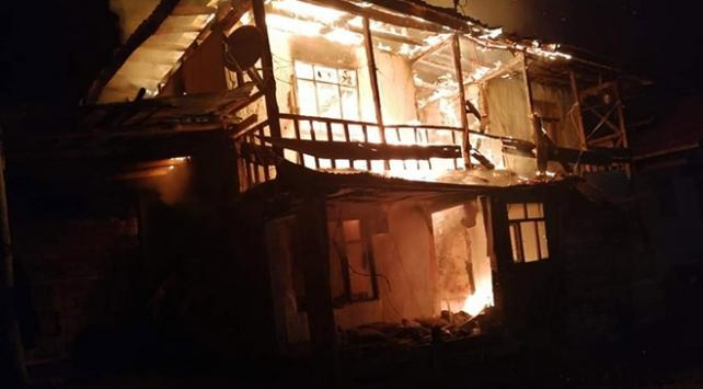 Çorumda 2 katlı ev yangında kül oldu