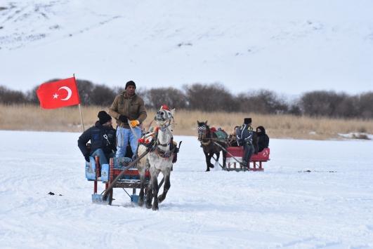 Turistler buz tutan Çıldır Gölünde atlı kızak keyfi yaşıyor