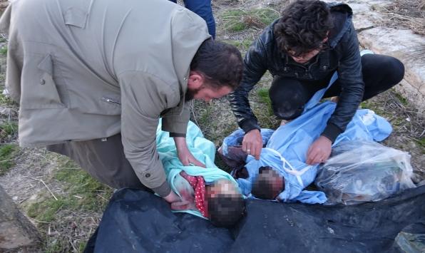"""İdlibli aileler bombaların parçaladığı """"minik bedenleri"""" arıyor"""