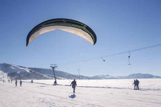 Ovacık Kayak Merkezinde yamaç paraşütü keyfi