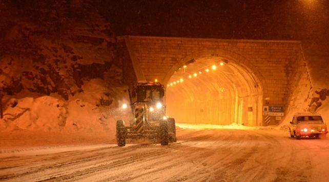 Zigana Geçidinde kar yağışı ulaşımı olumsuz etkiliyor