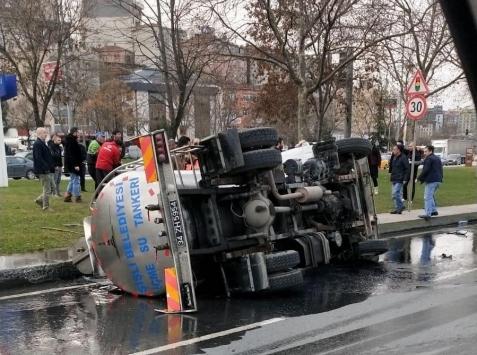 Kağıthanede su tankerinin devrilmesi sonucu 2 kişi yaralandı