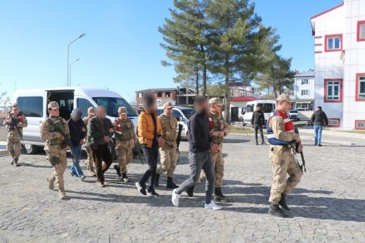 Diyarbakırda terör operasyonunda yakalanan 12 şüpheliden 8i tutuklandı