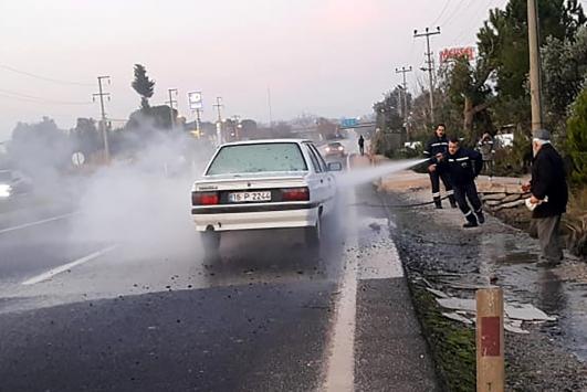Araç yangınını belediye işçileri söndürdü