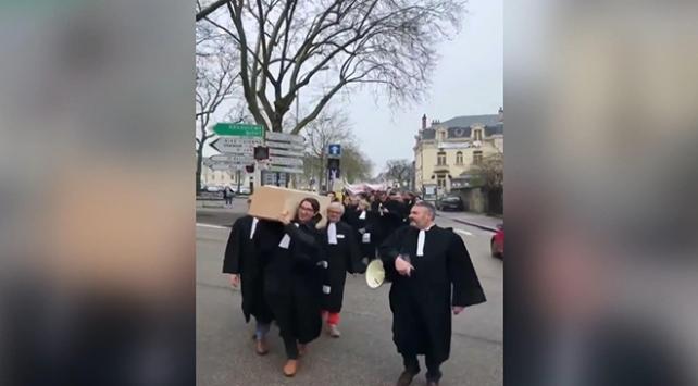 Fransada avukatlardan Macrona tabutlu eylem