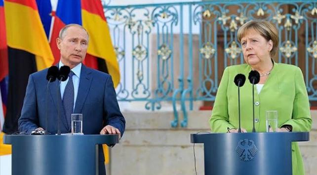 Putin, Libya meselesiyle ilgili Merkele bilgi verdi