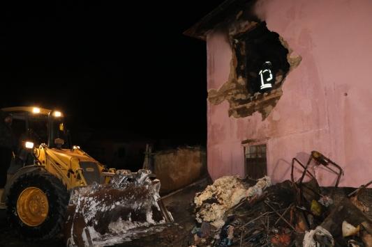 Niğdede iki katlı evde çıkan yangında 4 kişi öldü, 3 kişi yaralandı
