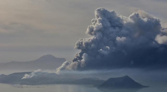 Filipinlerdeki Taal Yanardağı hala aktif: 30 bin kişi tahliye edildi