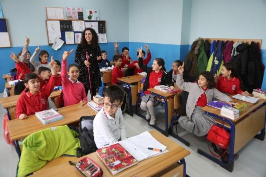 Görme engelli Zeynep öğretmen öğrencilerine ışık oluyor