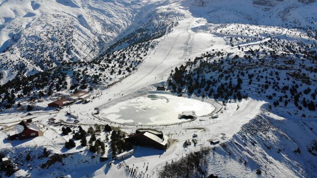 Erzincanın Ergan Dağında kayak ve yamaç paraşütü keyfi bir arada