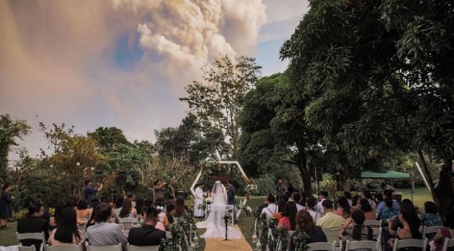 Filipinli çiftten yanardağ patlamasında düğün