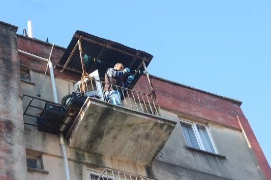 Adanada 5. kattaki evinin balkonundan düşen kişi öldü