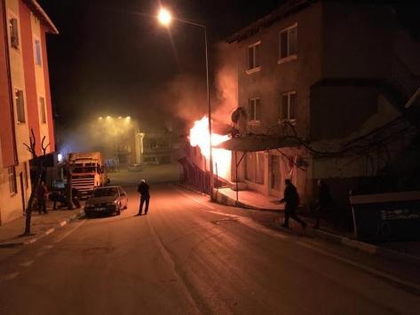 Çorumda evlerinde yangın çıkan çift hastaneye kaldırıldı
