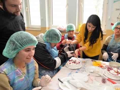 Bilecikte özel eğitim gereksinimli çocuklar pasta yaptı