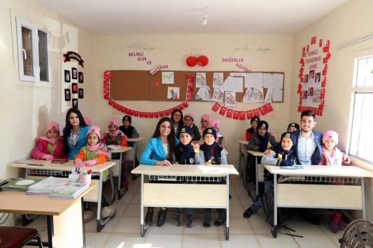 Mardinde kırsal mahalledeki öğrencilere atkı, bere ve eldiven dağıtıldı