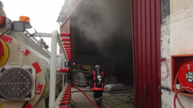 Mersinde defne yaprağı işleme fabrikasında yangın