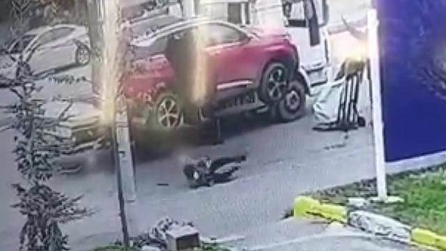 Çekicinin kaldırdığı otomobilden düşen kadın yaralandı