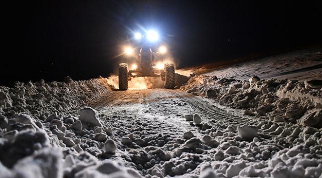 Ağrıda dağ köyü yollarını kar timleri ulaşıma açtı