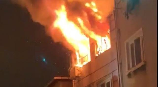 Beyoğlunda 5 katlı binada yangın