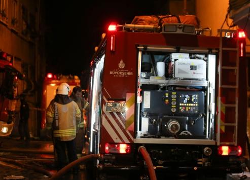 Beyoğlundaki bina yangını itfaiye ekiplerince söndürüldü