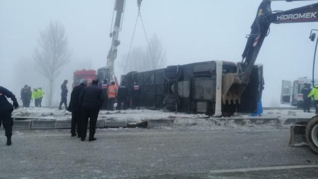 Ispartada yolcu otobüsü devrildi: 29 yaralı