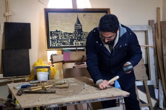Evinin alt katında Osmanlıdan miras kalan sanatı yaşatıyor