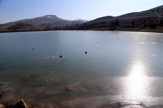 Sivasta soğuk hava göl yüzeylerini dondurdu
