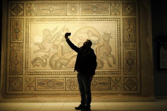 """Zeugma Mozaik Müzesinde """"Müzede Selfie Günü"""""""