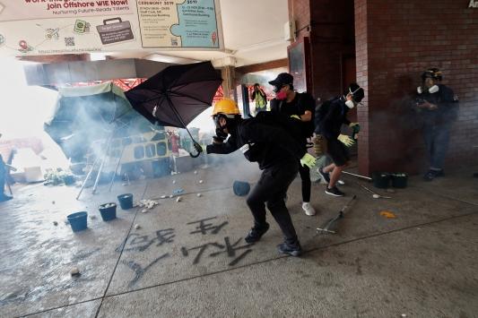 Hong Kong protestoları, bölgedeki turist sayısını neredeyse yarı yarıya azalttı