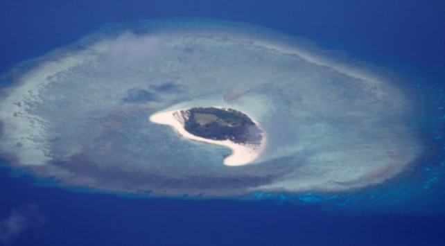 Endonezyada yükselen deniz 2 adayı yuttu