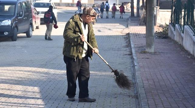 Okul yolunun 70 yaşındaki gönüllü temizlikçisi