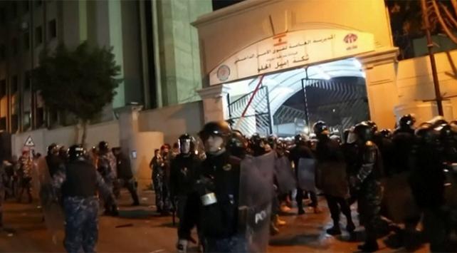 Beyrut sokakları yine karıştı: 35 yaralı