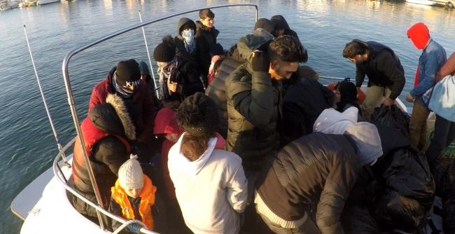 Ayvacık açıklarında lastik botta 36 düzensiz göçmen yakalandı
