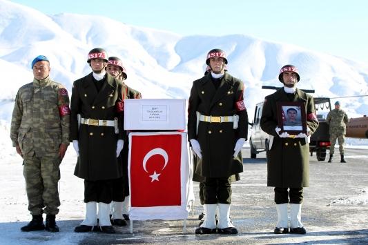 Hakkaride şehit askerler için tören düzenlendi