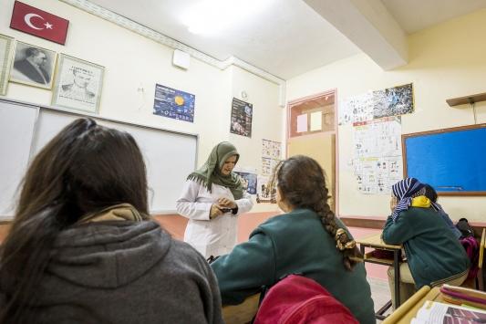 Görme engelli Sümeyye öğretmen öğrencilerini geleceği hazırlıyor