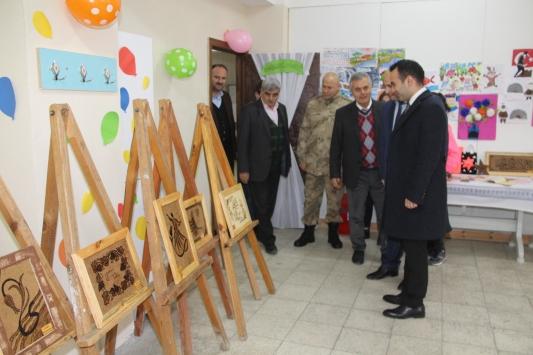 Taşovada özel eğitim öğrencileri tarafından yakma sanatı ve resim sergisi açıldı