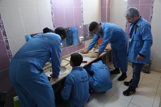 """Teknik lise öğrencileri """"su israfı""""na karşı bozulan muslukları onarıyor"""