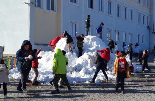Adıyamanda öğrenciler okul bahçesine taşınan karla sevindi