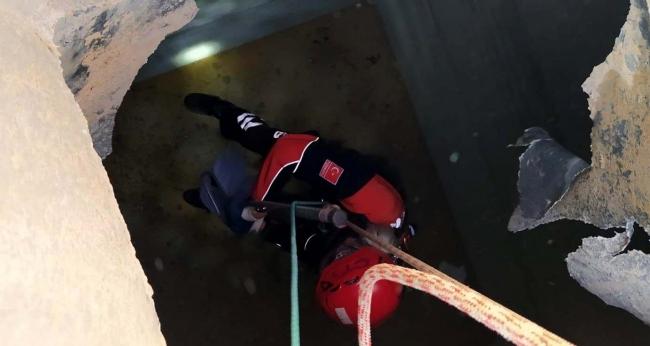 Aksarayda kanalizasyon kuyusuna düşen kedi AFAD ekiplerince kurtarıldı