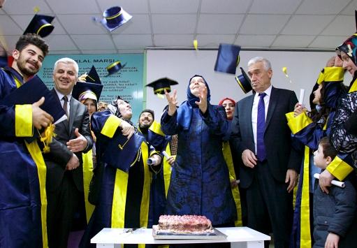 68 yaşında liseden mezun olmanın mutluluğunu yaşadı
