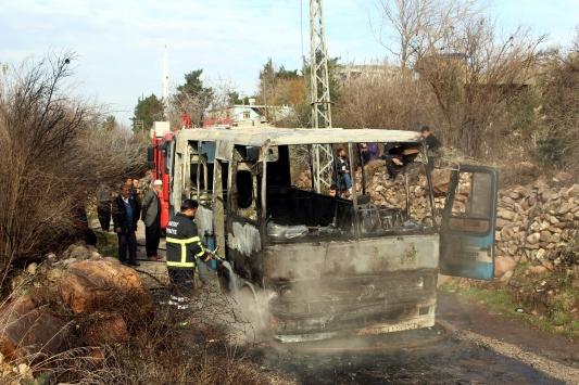 Hatayda seyir halindeyken yanan servis otobüsü kullanılamaz hale geldi