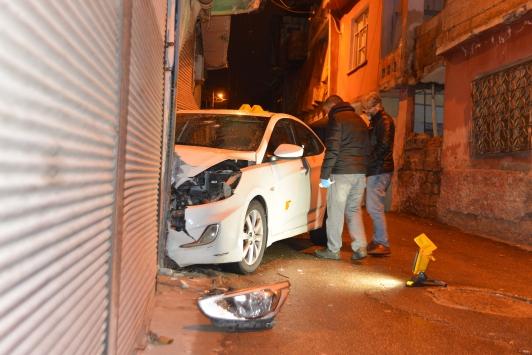Seyir halindeki otomobilde silahla başından vuruldu
