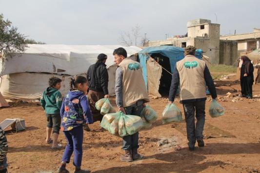 Suriyede zor şartlarda yaşayan ailelere sıcak yemek yardımı